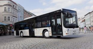 MAN presents Euro 6 technology for diesel-powered city buses for the very first time at the Busworld Kortrijk. On show is a two-axle MAN Lion's City with a D2066 LUH engine de-livering 235 kW (320 hp), with integrated exhaust-gas aftertreatment and an on-board diagnostic system complying with the statutory requirements of the Euro 6 standard. The MAN Lion's City being exhibited is representative of the complete product family of MAN city buses for which the Euro 6 engines are being introduced. DE: Auf der Busworld Kortrijk stellt MAN erstmals die Euro 6-Technologie f¸r Diesel-Stadtbusse vor. Ausgestellt ist ein zweiachsiger MAN Lion¥s City mit D2066 LUH Motor und 235 kW (320 PS), mit SCRT Abgasnachbehandlung und Onboard-Diagnose-System nach den gesetzlichen Vorgaben der Euro 6-Norm. Der ausgestellte MAN Lion¥s City steht stellver-tretend f¸r die vollst‰ndige Produktfamilie an MAN Stadtbussen, f¸r die Euro 6-Motoren ein-gef¸hrt werden. UK: MAN presents Euro 6 technology for diesel-powered city buses for the very first time at the Busworld Kortrijk. On show is a two-axle MAN Lion's City with a D2066 LUH engine de-livering 235 kW (320 hp), with integrated exhaust-gas aftertreatment and an on-board diagnostic system complying with the statutory requirements of the Euro 6 standard. The MAN Lion's City being exhibited is representative of the complete product family of MAN city buses for which the Euro 6 engines are being introduced.