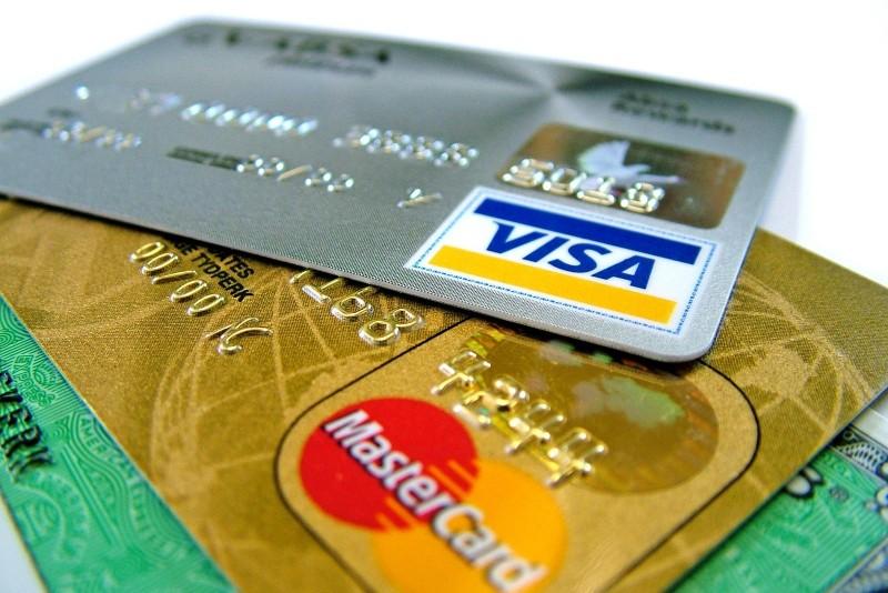 Prahoveni anchetaţi după ce au folosit cardurile dintr-un portofel furat