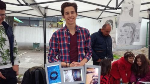 Video-Antreprenor la 16 ani. Un adolescent din Ploieşti vrea să fie independent financiar vânzând brăţări