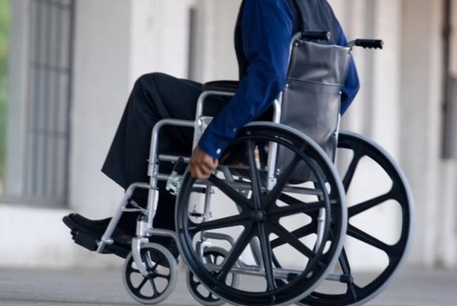 În România este umilitor să fii persoană cu dizabilităţi! Vezi cum e urcat în tren un bărbat în scaun rulant-Video şi foto