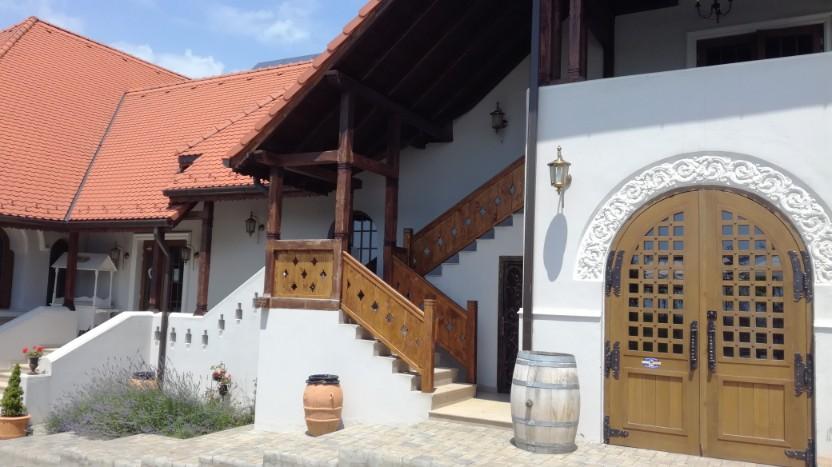 Afacerea dintre vii. Un vechi conac restaurat din Prahova, atracţie inedită pentru bucureşteni