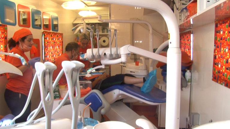 """Caravana """"Zâmbet de copil"""" încă o dată în Prahova. Povestea impresionantă a medicilor italieni care ne tratează copiii săraci"""