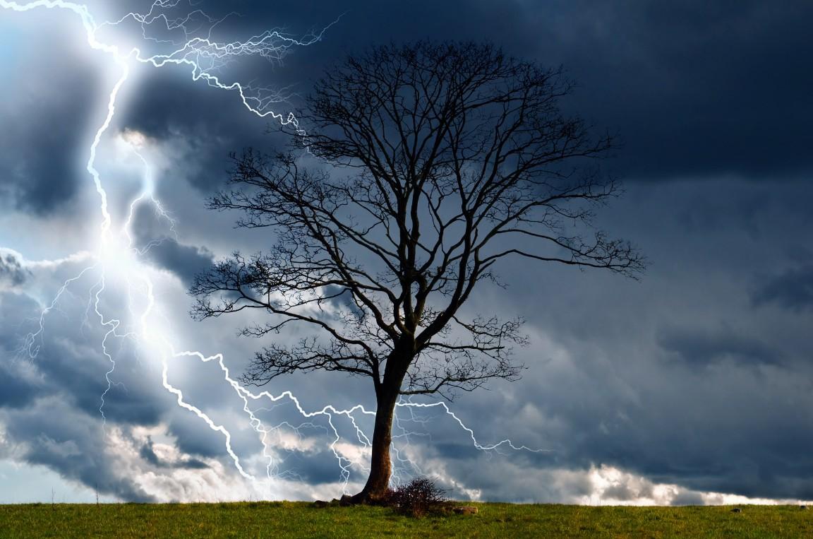ISU Prahova sfătuieşte: Ce să faci dacă eşti surprins de o furtună sau tornadă?