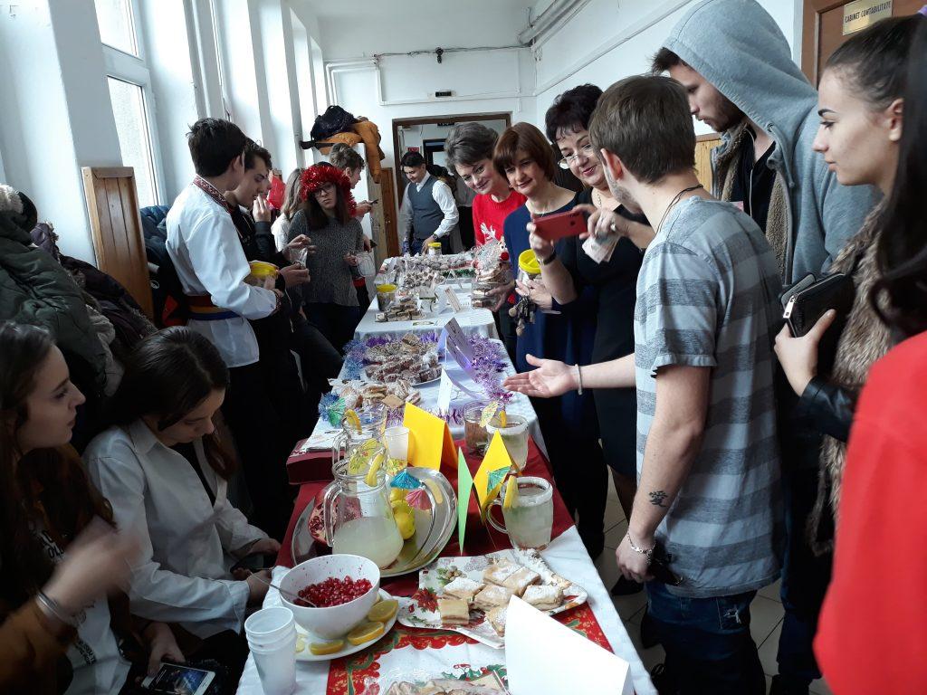 """Elevii de la """"Economic"""" şi """"Caragiale"""" au făcut prăjituri ca să strângă bani pentru copiii cu nevoi speciale!"""