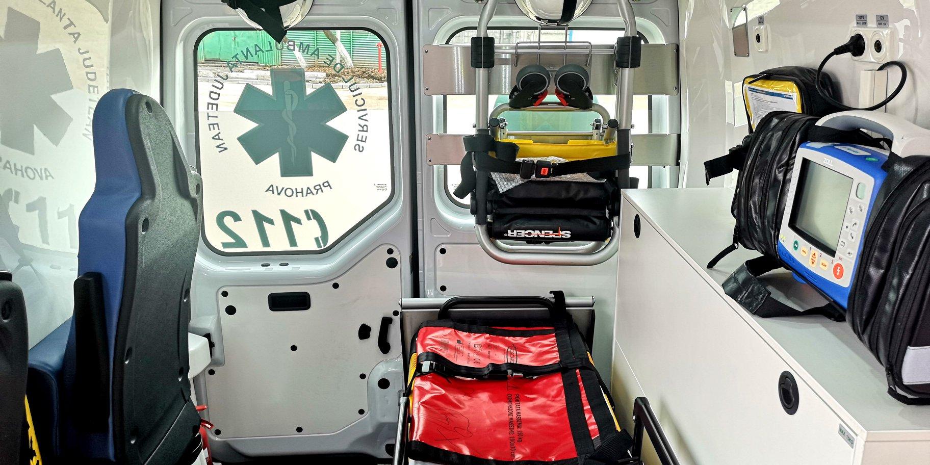 Accident cu patru răniți la Câmpina. O ambulanță a lovit trei pietoni