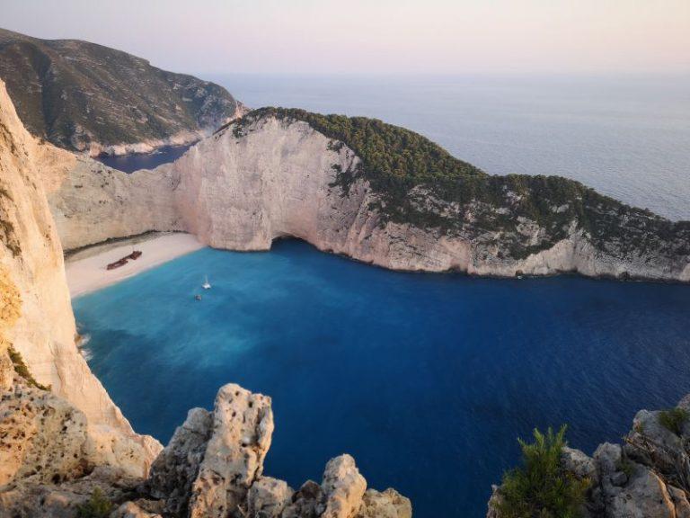 Oficiali eleni: Vacanţele în Grecia ar putea începe în luna iulie!