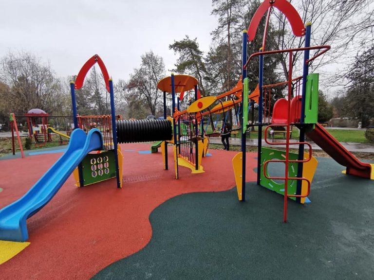 Video-Petrotel Lukoil a mai inaugurat un loc de joacă lângă Zoo Bucov