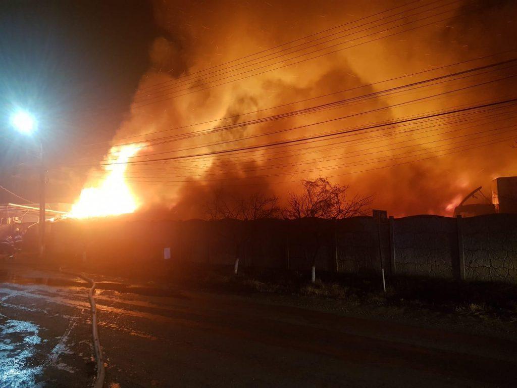 Incendiu in curtea unei fabrici de mobila din Ploiesti