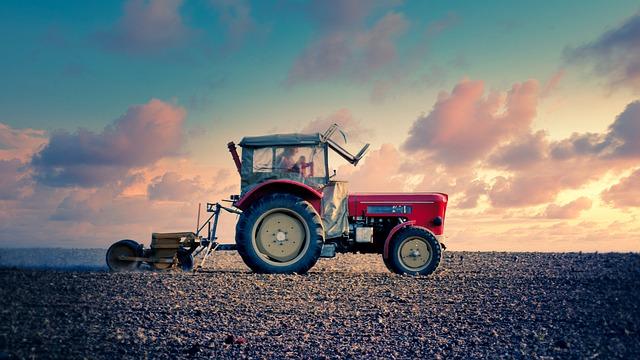 Un bărbat s-a răsturnat cu tractorul pe câmp, la Măgureni