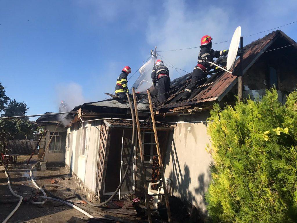 Incendiu la Teşila. Arde acoperisul unei case