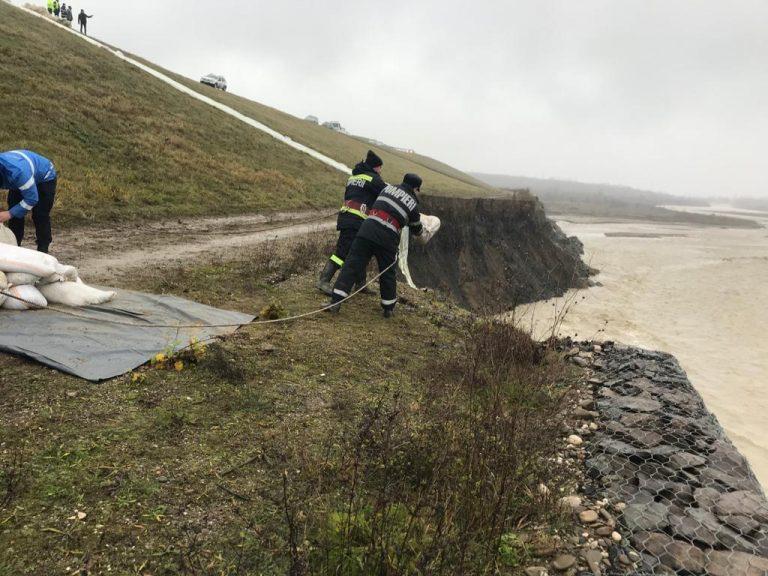 Zona surpată de pe râul Teleajen va fi monitorizată permanent. Fenomenul de inghet-dezghet poate provoca o noua surpare