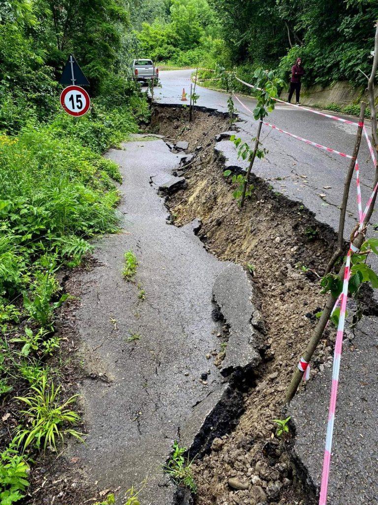 Drum rupt de o alunecare de teren la Predeal Sărari