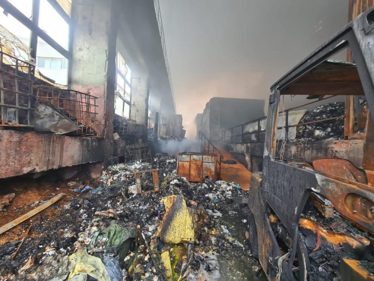 După 2 săptămani, arde in continuare in depozitul EcoBurn