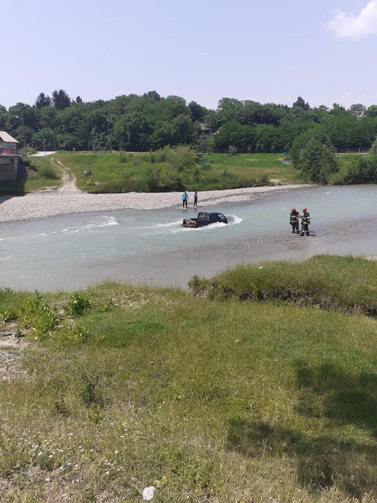 Spălau mașina în Teleajen și au fost duși cu totul de apă